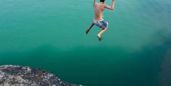 Étudiant saute dans l'eau
